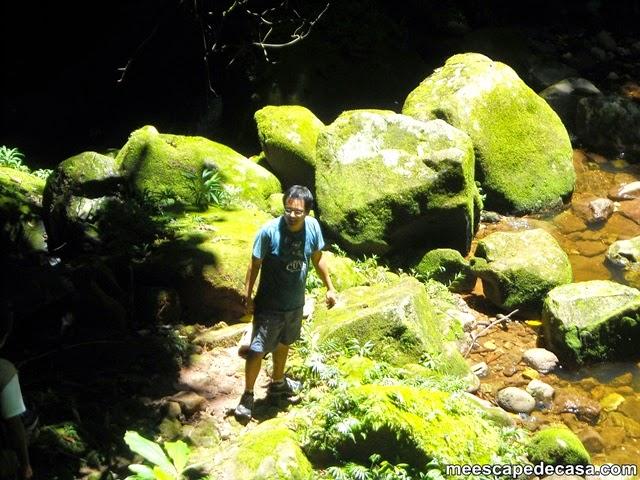 El Caminante a orillas de la poza de la primera cascada de río Shilcayo, Vestido de la Novia - Perú