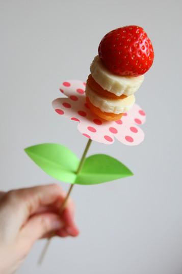brocheta de fruta en forma de flor