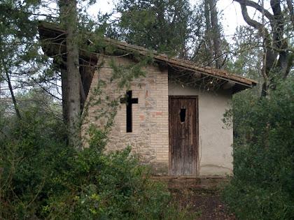 Vista de pa paret de llevant de la capella de l'antic campament