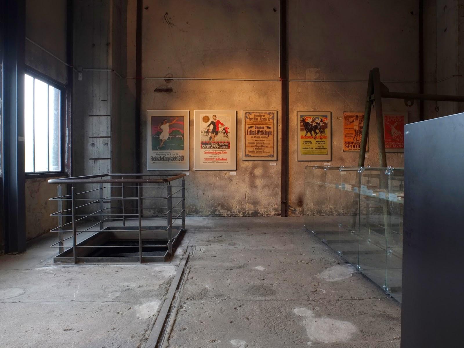 Treppengeländer im Industriedenkmal, 1920er Jahre, 1930er Jahre, Weimarer Republik, Sportplakat, Fußballplakat, Rheinland