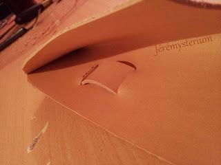 Détails extérieur de la Boucle de ceinture cousue en cuir du Porte Couteau