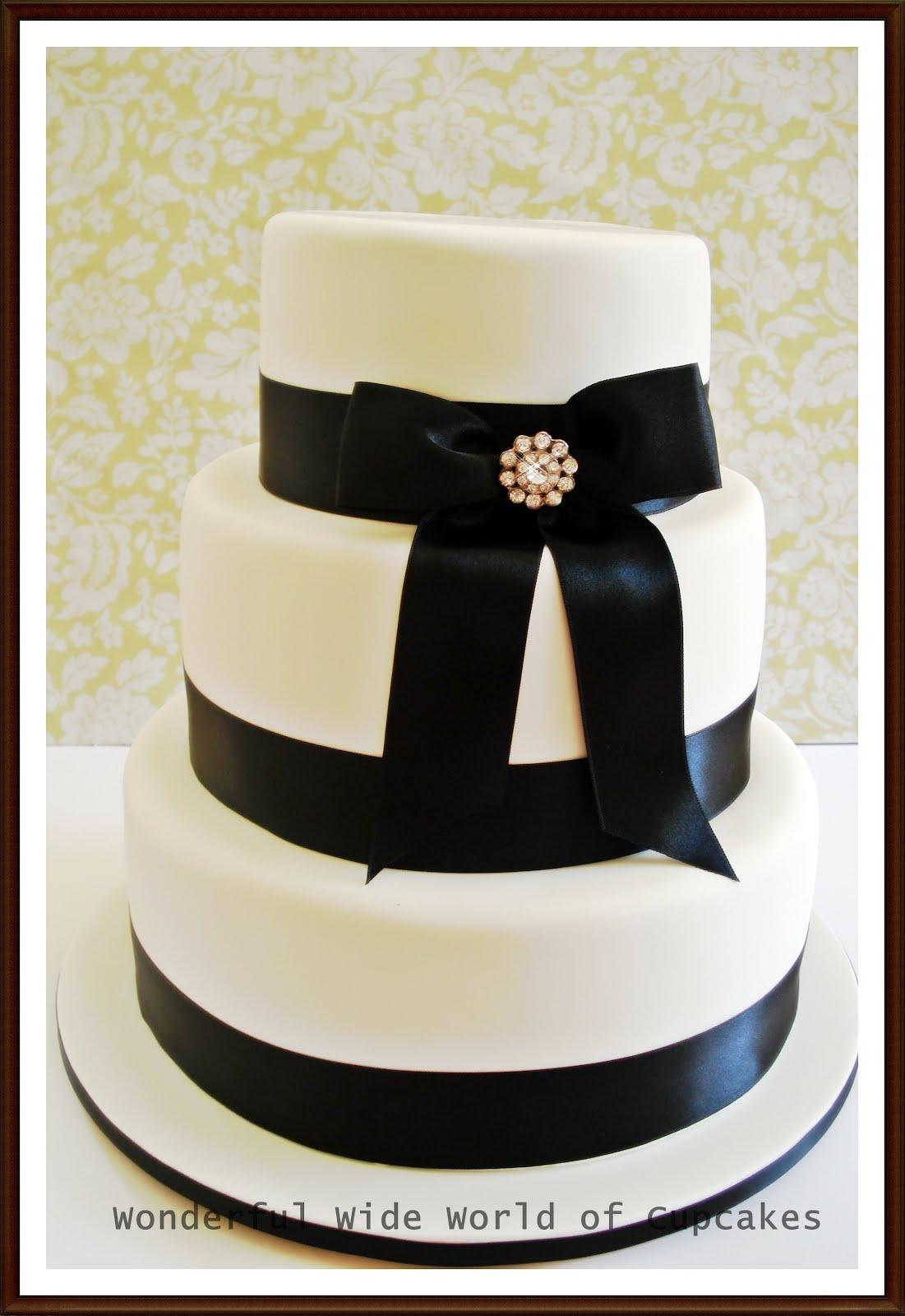 Wonderful World of Cupcakes: Black and White Wedding Cake