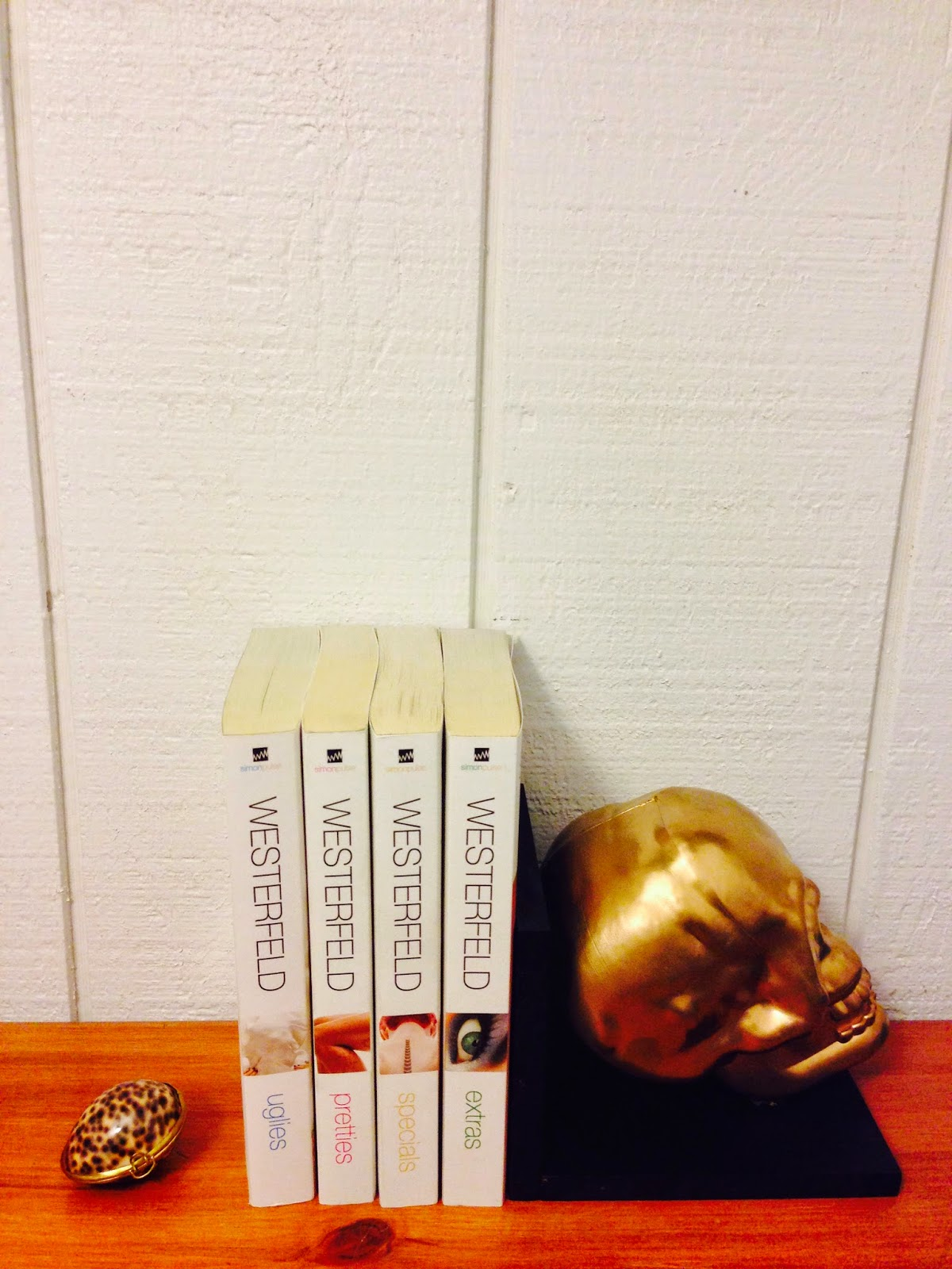 Diy skull bookend www.savvysydney.com #skull #gold #halloween #fun #diy #painting #bookend #craft #present #gift