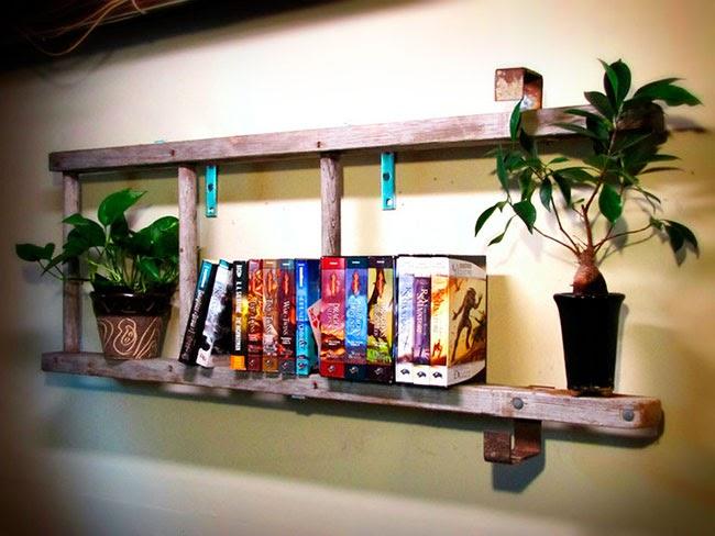 Escalera librería con libros y plantas