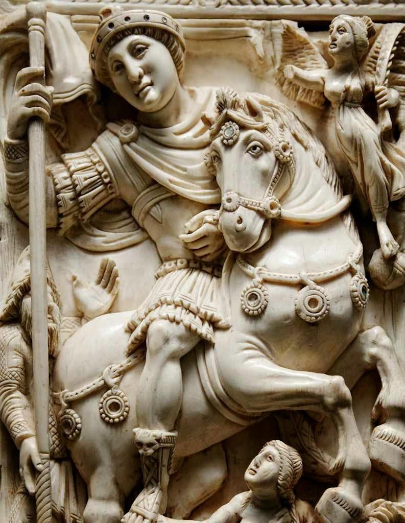 O imperador Justiniano triunfante. Diptico Barberini, Museu do Louvre, detalhe