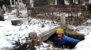 Ya Ampun! Pria Ini Tinggal di Liang Kubur Selama 15 Tahun