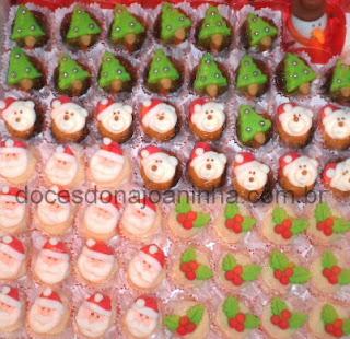 Doces decorados para o Natal: brigadeiros de vários sabores, beijinho, bicho de pé, abacaxi com coco e outros.