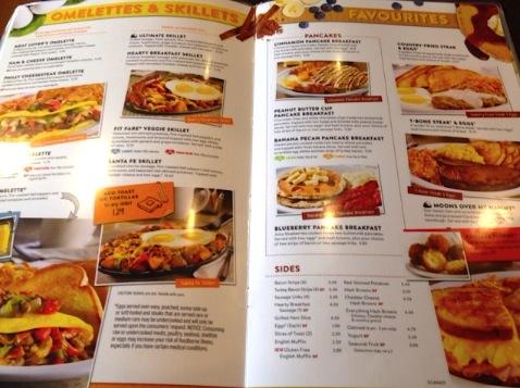 メニュー開いてみたら、面白い程にどのページも茶色(笑)THE北米メニュー!ハッシュドポテト、ソーセージ、ベーコン、バーガー、オムレツ、グリルドチーズ、