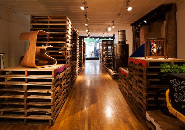 Paletes de madeira são aproveitados em galeria de design