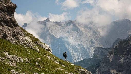 http://www.hln.be/hln/nl/1901/reisnieuws/article/detail/1958301/2014/07/24/Belgische-bergwandelaar-verpletterd-onder-steenmassa-op-Zugspitze-in-Beieren.dhtml