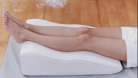 Meninggikan kaki setiap menjelang tidur