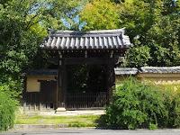 南向きの迎称寺門。