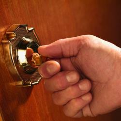 main qui tourne une clé dans une serrure
