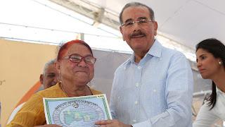 Danilo Medina cumple compromiso con productores de Duvergé; entrega proyecto