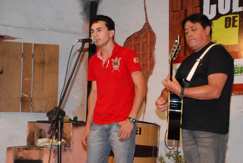 Estreante, o jovem Felipe Rodrigues agradou a todos com sucessos da música sertaneja