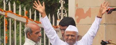 Activista anti-corrupção sai da prisão e continua greve de fome em local público de Nova Deli