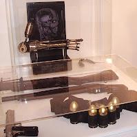 Réplicas del brazo robótico y del armamento. Bandolera original.