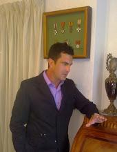 Fernando bajo la tercera parte de las medallas del abuelo