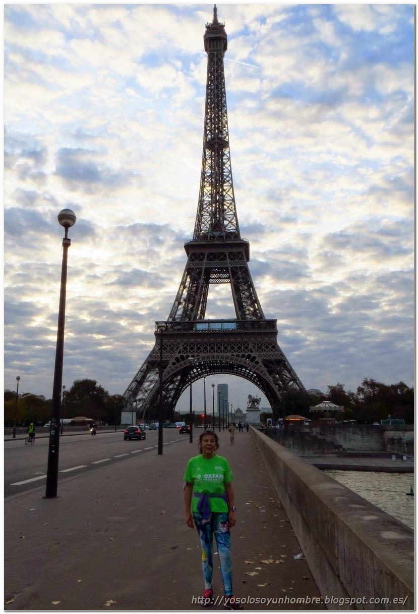 la runner hispanica en la Torre Eiffel