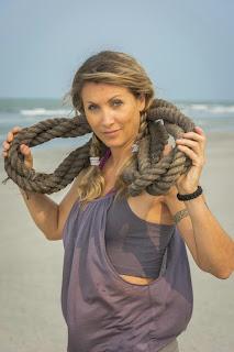 Chantal, 45 ans, styliste et triple championne du monde de kickboxing. Célibataire.