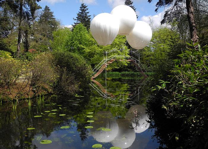 French artist Olivier Grossetête used three enormous helium balloons to float a rope bridge over a lake in Tatton Park, a historic estate in north-west England. Oliver Grossetête created Pont de Singe, which means