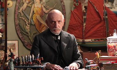 Fotograma de La invención de Hugo con Ben Kingsley como George Méliès