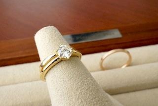 エンゲージリング(婚約指輪)と結婚指輪(マリッジリング)を重ねてみた。
