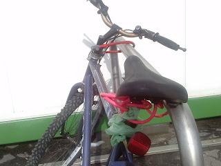 źle przypięty rower