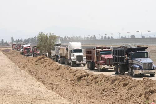 Desalojan a balazos a campesinos que bloqueaban paso de camiones en Texcoco