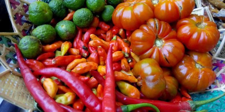 Tomat ranti untuk sambal Sego Tempong.