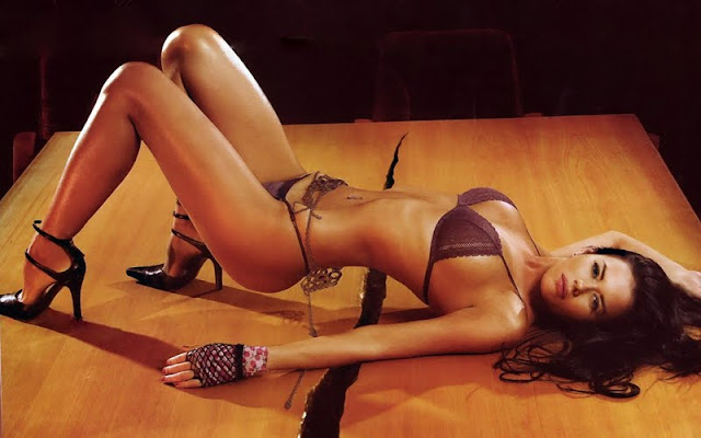 Karina Jelinek sexy in bikini