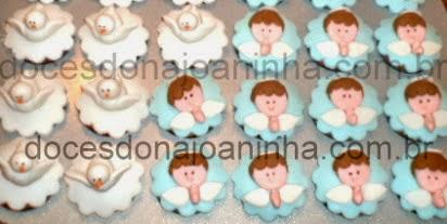 Cupcake decorado com Pombinha e Anjinho rezando para Festa de Batizado
