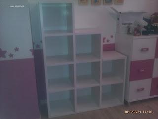 Librería de habitación infantil con numerosos estantes