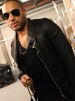 Lenny Kravitz memegang kalung jenitri