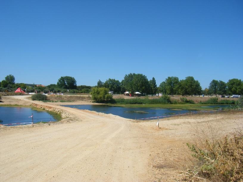 Passagem de terra batida sobre o rio sorraia