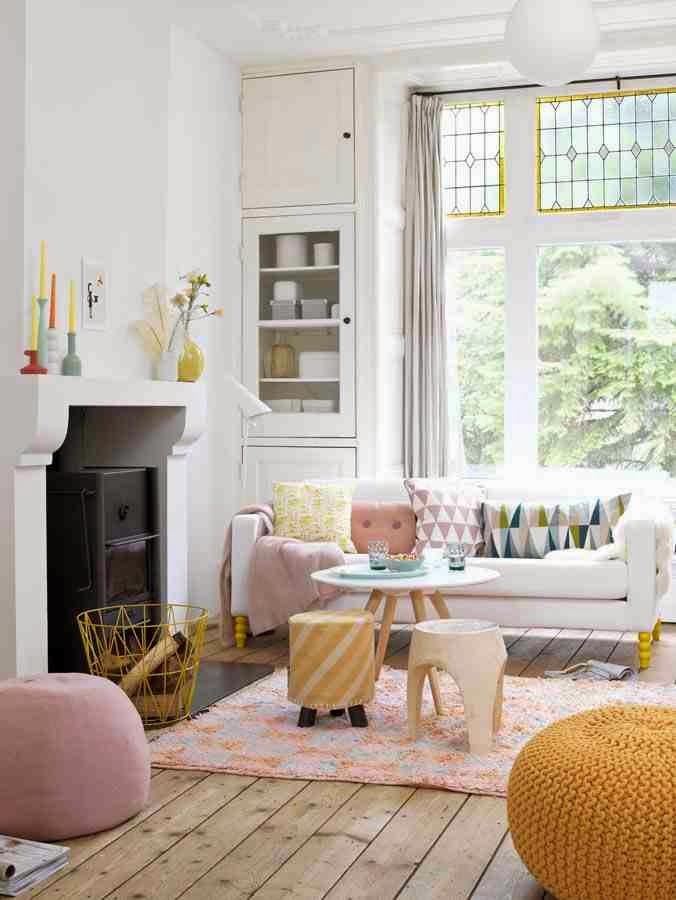 Pastelowy róż uspokaja wnętrze, pastelowa pufa, różowa pufa, żółta pufa, żółty druciany kosz