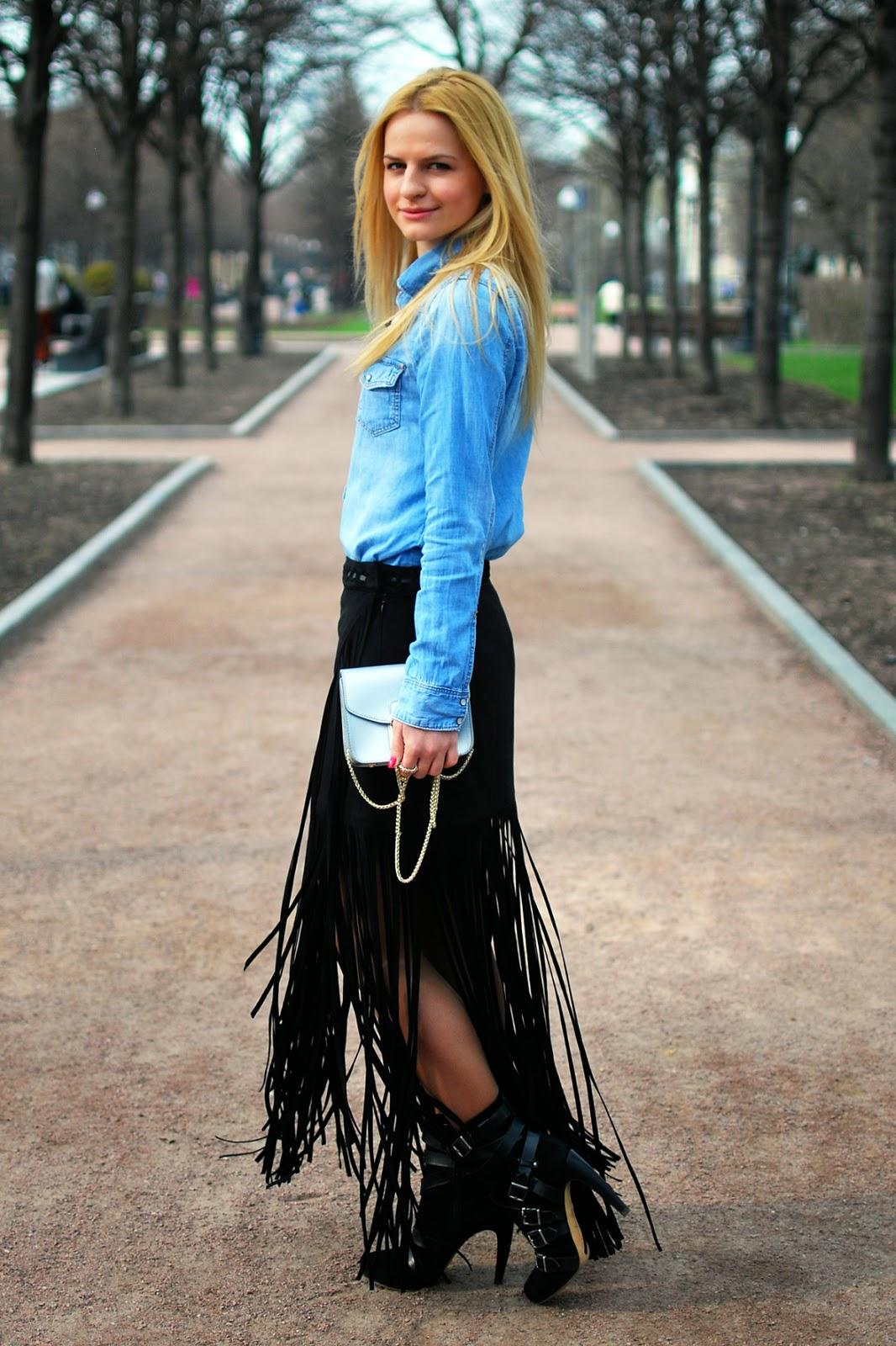 уличная мода, модная схъемка в парке,длинная юбка с бахромой