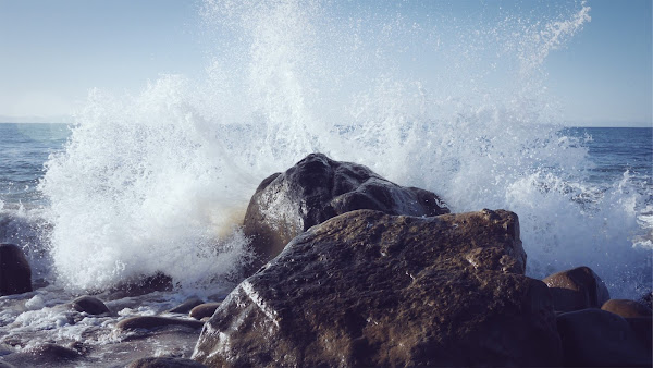 Morska fala rozbijająca się o kamienie