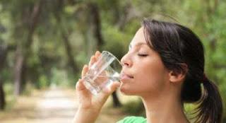 """شرب الماء على """"الريق"""" يعالج الصداع والإرهاق و القلب و الكلى"""