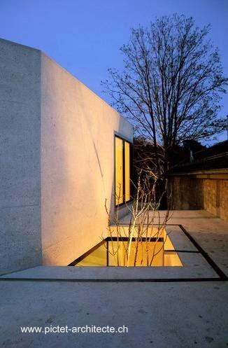 Patio bajo nivel en el volumen arquitectónico agregado al galpón reciclado