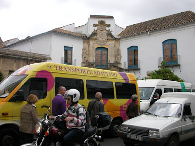 Vista de furgoneta de transporte adaptado aparcada en espacio reservado