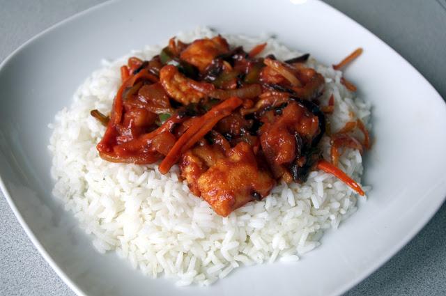 Kurczak w sosie słodko-kwaśnym w cieście na białym ryżu