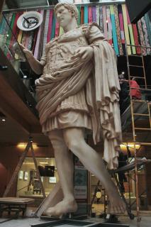 Estatua gigante de César Augusto.