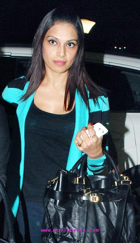 Bipasha Basu no make up -  Bipasha Basu Spotted at the Airport