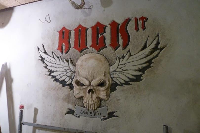 Рок Бар RockIT - лого релеф на стената 1
