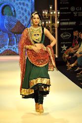 Sonal Chauhan Sizzling walks for Deepti Amisha at IIJW 2012, INDIA INTERNATIONAL JEWELLERY SHOW 2012, green salwar kameez, heavy ancient jewellery, looking sexy hot indian bridal