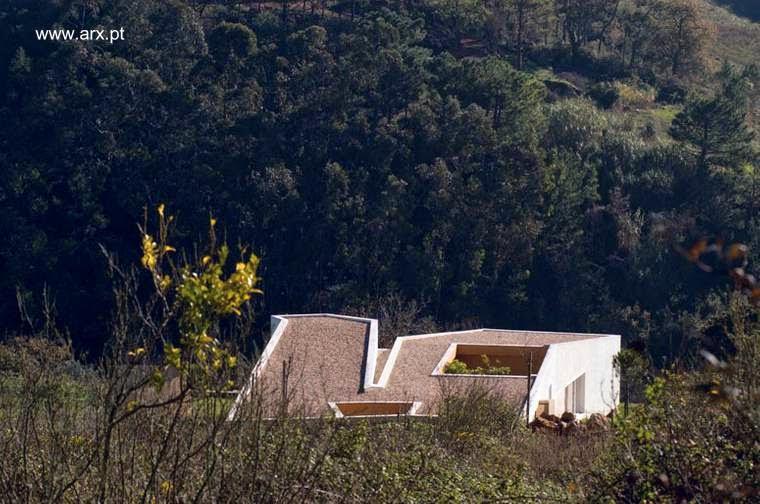 Vista de los techos de la casa vanguardista en Portugal