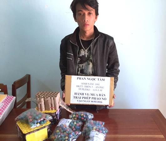 Gia Lai: Bắt kẻ mua bán pháo nổ