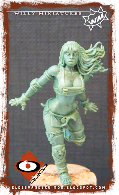 Blood Bowl Amazon Team linewoman miniature by ªRU-MOR for WILLY Miniatures. Warhammer medieval football. Scale 30mm