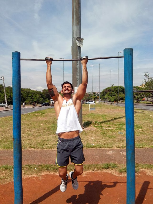 Cleverson Fontinatte se exercita em barra instalada em academia ao ar livre de Belo Horizonte - Foto: Arquivo pessoal